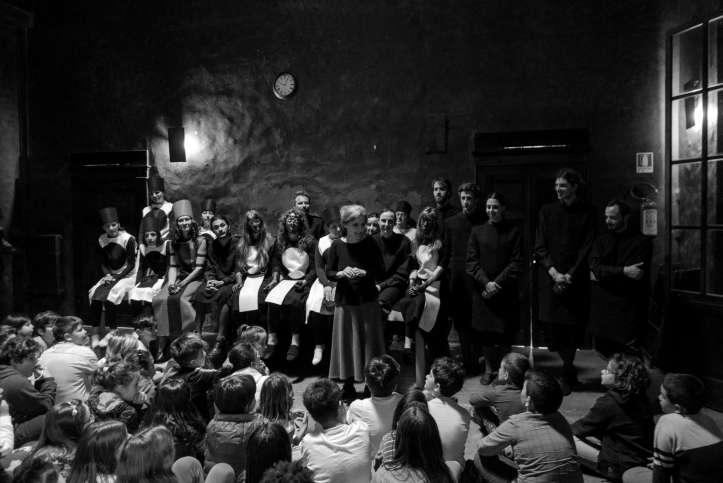Chiara Guidi con i bambini e gli attori del Metodo errante al Teatro Comandini Foto Nicolò Gialain_bassa